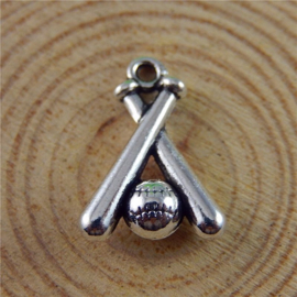 5x Tibetaans zilveren bedeltje van honkbal knuppels met bal 18 x 13 x 15m oogje 1,5mm