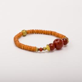 Per stuk Prachtige kralenarmband oranje/goud met elastiek, voorzien van mooie edelstenen