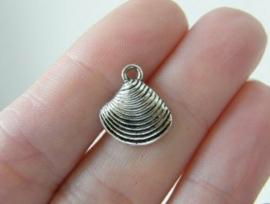 10 x Tibetaans zilveren bedeltje van een schelpje 13 x 15 x 2,5 gat: 2mm