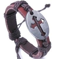 Runderlederen armband verstelbaar met een stoer kruis kleur bruin