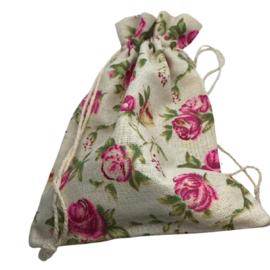 Stoffen cadeauzakje met roosjes  c.a. 20 x 15cm