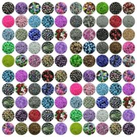 100 gram van 5 verschillende zakjes rocailles van c.a. 20 gram per zakje