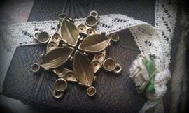 Per stuk Antiek gouden metalen hanger/tussenzetsel bloemmotief 37 mm