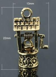 Schitterende tibetaans zilveren bedel van een waterput 22 x 13 x 8mm Gat 2mm Geel koper kleur