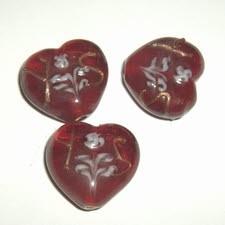 10 x Glaskraal hart 21x24mm rood met wit bloemmotief ♥