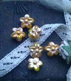 Per stuk acryl kraal gele bloem met mooie glans 10 mm