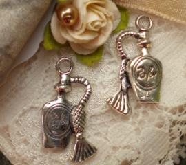 4 x  tibetaans zilveren bedeltje van een parfumflesje 10 x 20 x 4mm gat 2mm 3D