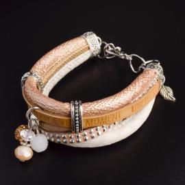 Prachtige armband, verstelbaar met metalen elementen w.o. bedel blad
