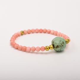 Per stuk Prachtige kralenarmband roze/goud met elastiek, voorzien van mooie edelsteen