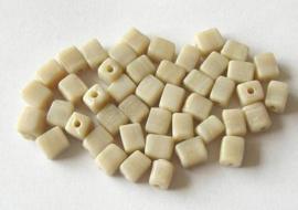 40 stuks Ivoorkleurige cubus kralen Ze zijn onregelmatig gevormd en ca. 8 x 6mm Gat: 1,5mm