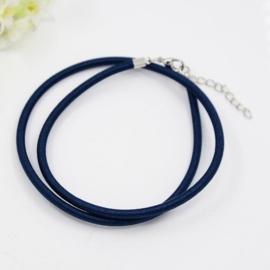Prachtig zijden koord 3mm diameter, lengte c.a. 43cm incl. verlengketting donker blauw