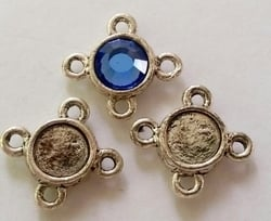 Per stuk Antiek zilveren metalen kastje met 4 ogen 11 mm, ruimte voor 6 mm plaksteen
