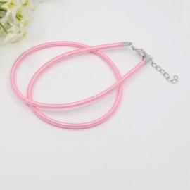 Prachtig zijden koord 3,2mm diameter, lengte c.a. 43cm incl. verlengketting licht roze