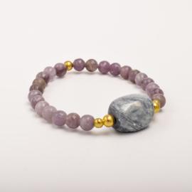 Per stuk Prachtige kralenarmband paars -grijs/goud met elastiek, voorzien van mooie edelsteen
