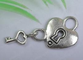4 x Tibetaans zilveren hartje met sleuteltje 27x14mm