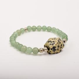 Per stuk Prachtige kralenarmband groen/zilver met elastiek, voorzien van mooie edelsteen