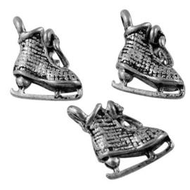 5x Tibetaans zilveren 3D bedeltje van een schaats 10,5 x 10 x 5mm gat 1,5mm