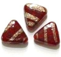 Per stuk Glaskraal India driehoek rood met goud versierd 18 mm
