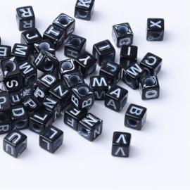 Letterkraal per stuk Acryl zwart vierkant 5,5 ~ 6mm, gat: 3,5mm witte letters