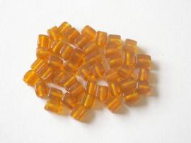 45 stuks geel/oranje kraal in de vorm van een blokje ca. 8 x 6mm  gat: 1,5 mm
