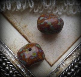 Per stuk Glaskraal India grillig bruin bewerkt 12 mm