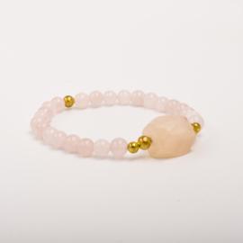 Per stuk Prachtige kralenarmband licht roze/goud met elastiek, voorzien van mooie edelsteen