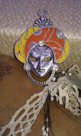 Per stuk tibetaans zilveren bedel van een gezicht/masker, epoxy geel/oranje bruin met strass 60 mm