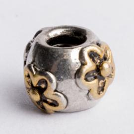 Be Charmed bloemen kraal zilver met een rhodium laag (nikkelvrij) c.a.8x 10mm groot gat: 4mm