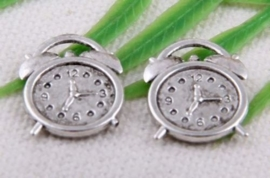 Prachtige Tibetaans zilveren bedel  van een wekker  14 x 18mm