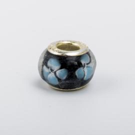 1 x Glaskraal, donkerblauw met bloem patroon 10 mm x 14 mm zilveren kern 925
