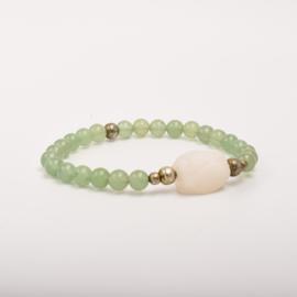 Per stuk Prachtige kralenarmband licht groen/zilver met elastiek, voorzien van mooie edelsteen