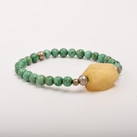 Per stuk Prachtige kralenarmband groen gemeleerd/zilver met elastiek, voorzien van mooie edelsteen