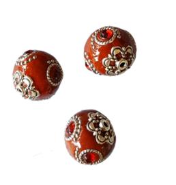 Schitterende handgemaakte Kashmiri kraal 20mm ingelegd met metaal & strass bruinrood met diep rode steen