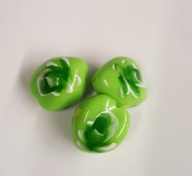 Per stuk Luxe kunststof kraal groen met bloemmotief 22x21 mm gat 3 mm