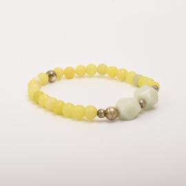 Per stuk Prachtige kralenarmband licht geel/zilver met elastiek, voorzien van mooie edelstenen