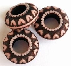 Per stuk Luxe kunststof kraal rondel aubergine met hartjes 18 mm