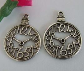 2x Prachtige hanger van Tibetaans zilver, Klok afm. 39×29×3mm