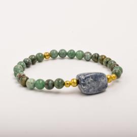 Per stuk Prachtige kralenarmband groen gemeleerd /goud met elastiek, voorzien van mooie edelsteen