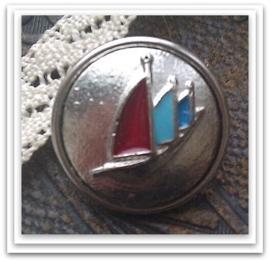 Per stuk Mooie Metalen antiek zilveren drukker met bootjes en rood en blauwe epoxy 18 mm
