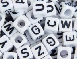 Letterkraal per stuk  Acryl vierkant wit 6mm, gat 3,5mm