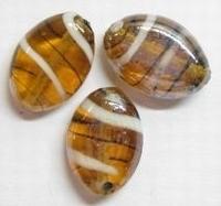 Per stuk Glaskraal plat ovaal Bruin/wit met mooie glans 18 mm