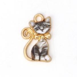 Super leuke DQ Gold Plated bedel van een kat met Emaille grijs 21 x13mm oogje: 2,3mm