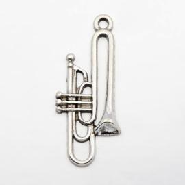 10x Tibetaans zilveren trompet bedel  35 x 15 x 3,5mm gat: 2mm