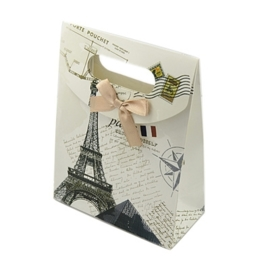 Cadeautasje kraft papier afmeting: 165 x 125 x 56mm met strikje Parijs A (op = op!)