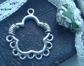 Per stuk zilveren metalen hanger als bloemmotief en 9 oogjes  31 mm