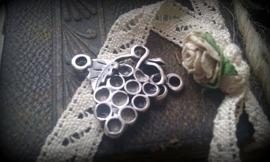 Per stuk tibetaans zilveren hanger/bedel/tussenzetsel van een trosje druiven 25 x 27 mm zonder steentjes