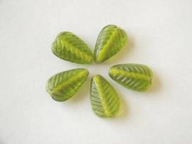 10 stuks groene glas kraal in de vorm van een blaadje  afm. 21 x 13 x 7 mm Gat: 1mm