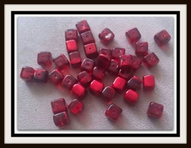 10 Stuks Glaskralen kubus rood met olieglans 7 x 9 mm AB