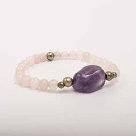 Per stuk Prachtige kralenarmband licht roze - wit/paars/zilver met elastiek, voorzien van mooie edelsteen