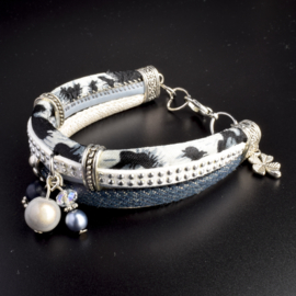 Prachtige armband, verstelbaar met metalen elementen w.o. bedel klaver
